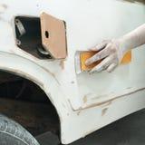Pintura de la reparación auto del trabajo de carrocería después del accidente Imágenes de archivo libres de regalías
