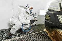 Pintura de la reparación del coche en cámara Imagenes de archivo