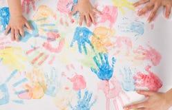 Pintura de las manos de la madre y del hijo Fotografía de archivo