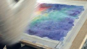 Pintura de las mujeres adultas con las pinturas coloreadas de la acuarela en un cierre de la escuela de arte para arriba