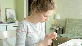 Pintura de las mujeres adultas con las pinturas coloreadas de la acuarela en un estudio casero almacen de metraje de vídeo