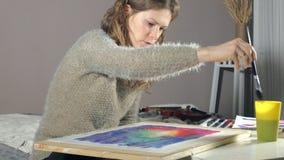 Pintura de las mujeres adultas con las pinturas coloreadas de la acuarela en una escuela de arte
