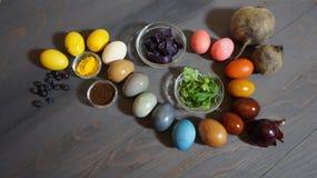Pintura de los huevos de Pascua con colores naturales foto de archivo libre de regalías