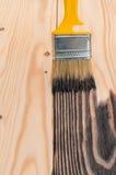 Pintura de madera, mano que sostiene un cepillo Imagen de archivo
