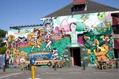 Pintura de pared colorida de la calle de jugadores de fútbol y del coche holandeses Foto de archivo libre de regalías