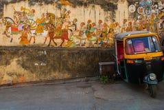 Pintura de pared india del montante antiguo tradicional en la pared enyesada vieja en Udaipur, la India Foto de archivo libre de regalías