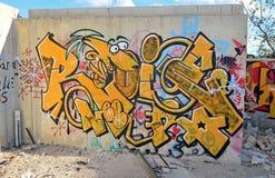Pintura de parede de um tipo amarelo caráter dos desenhos animados Fotografia de Stock