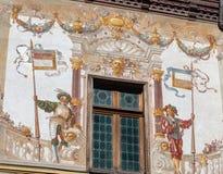 Pintura de parede exterior no castelo de Peles em Romênia imagens de stock