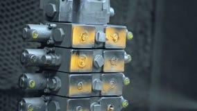Pintura de partes industriais no transporte Close up das peças de metal durante a pintura vídeos de arquivo