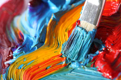 Pintura de petróleo mezclada con la brocha imagen de archivo