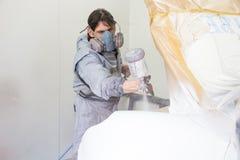 Pintura de rociadura del pintor de la carrocería en piezas de la carrocería Imagen de archivo libre de regalías
