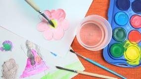 Pintura de una flor azul del rosa de la acuarela en un fondo anaranjado