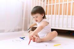 Pintura del bebé con las de fieltro-plumas en casa Foto de archivo libre de regalías