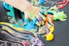 Pintura del bebé con sus manos Fotografía de archivo