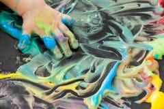 Pintura del bebé con sus manos Foto de archivo libre de regalías