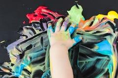 Pintura del bebé con sus manos Fotos de archivo libres de regalías