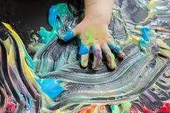 Pintura del bebé con sus manos Fotografía de archivo libre de regalías