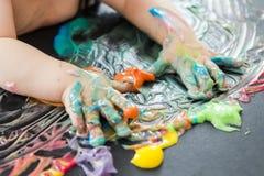 Pintura del bebé con sus manos Imagenes de archivo
