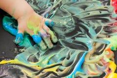 Pintura del bebé con sus manos Imagen de archivo