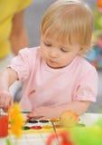 Pintura del bebé en los huevos de Pascua Fotos de archivo