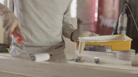 Pintura del carpintero en tablero de madera del color blanco por el rodillo fabricante tratamiento almacen de metraje de vídeo