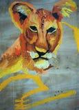 Pintura del dibujo de una leona en una madera imagenes de archivo