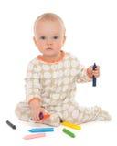 Pintura del dibujo del bebé infantil del niño que se sienta con el PE del color Fotografía de archivo