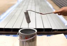 Pintura del goteo del trabajador con el paintroller Fotografía de archivo