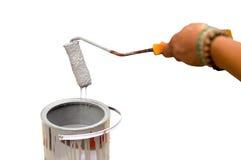 Pintura del goteo del trabajador con el paintroller aislado Imágenes de archivo libres de regalías