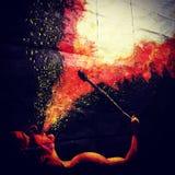 Pintura del hombre que escupe hacia fuera el fuego Foto de archivo
