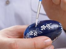 Pintura del huevo de Pascua Foto de archivo libre de regalías