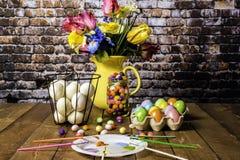 Pintura del huevo de Pascua y adornamiento Foto de archivo