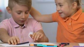 Pintura del muchacho, una hermana más joven que asusta al hermano, relaciones felices de los hermanos de la niñez almacen de metraje de vídeo