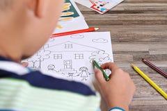 Pintura del niño Colorante del muchacho Familia y hogar de la pintura del niño Concepto de familia feliz Imagen del foco selectiv Fotografía de archivo libre de regalías