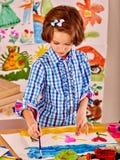Pintura del niño en el caballete fotos de archivo libres de regalías