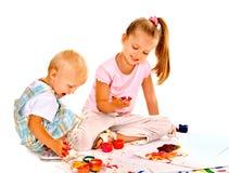 Pintura del niño por la pintura del finger. imagenes de archivo