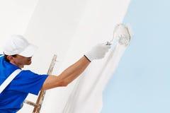 Pintura del pintor con el rodillo de pintura Imagen de archivo libre de regalías