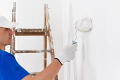 Pintura del pintor con el rodillo de pintura Foto de archivo libre de regalías