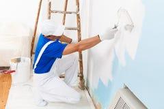Pintura del pintor con el rodillo de pintura Fotos de archivo libres de regalías