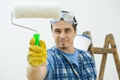 Pintura del trabajador con el rodillo Fotos de archivo