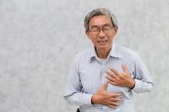 Pintura del viejo hombre del pecho de la cubierta de la mano del ataque del corazón fotos de archivo
