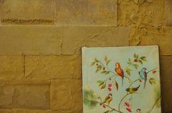 Pintura del vintage de un pájaro en naturaleza sobre una pared de piedra medieval Foto de archivo