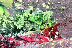 pintura descolorada en el muro de cemento, concepto de abandono Pared vieja con la peladura de la pintura verde tóxica brillante stock de ilustración