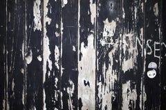 Pintura destruído, rachado e da casca no embarcado acima das janelas de madeira imagens de stock