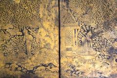 A pintura do amarelo do ouro no armário tailandês antigo Imagem de Stock