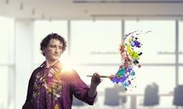Pintura do artista do homem com escova 3d rendem Fotografia de Stock Royalty Free
