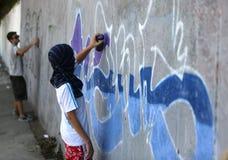 Pintura do artista dos grafittis imagens de stock royalty free