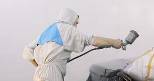 Pintura do carro com a arma de pulverizador profissional vídeos de arquivo