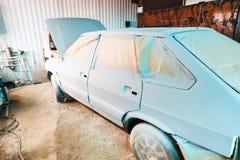 Pintura do carro velho na oficina do país Fotos de Stock Royalty Free