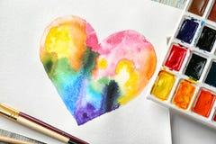 Pintura do coração e das aquarelas do arco-íris ilustração royalty free